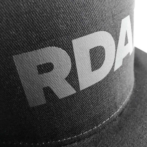 De RDAM® Flat Cap Zwart op Zwart